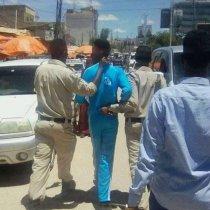 War Deg Deg Ah:-Ciidanka Booliska Somaliland Oo Xabsiga U Taxaabay Wiil Dhalinyaro Ah Oo Calanka Somaliya Ku Soo Labistay.