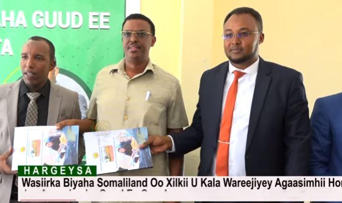 Daawo: Wasiirka Biyaha Somaliland Oo Xilkii U Kala Wareejiyey Agaasimhii Hore Iyo Agaasimaha Guud Ee Cusub