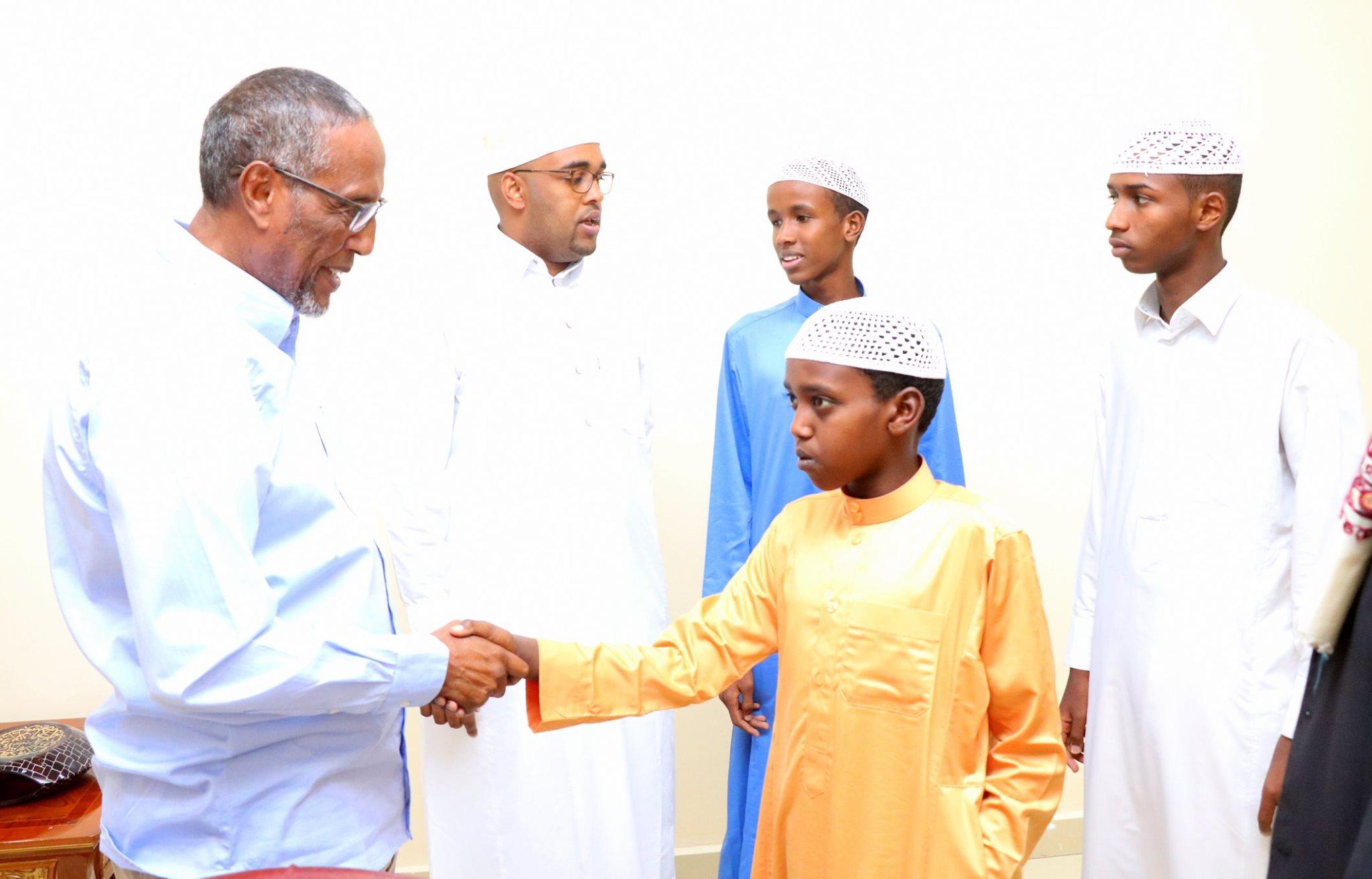Hargeysa: Madaxweynah Somaliland oo Xafiiskisa ku qaabilay 3 Arday oo kaalmo sare ka galay Tartanka Quraanka kariim oo Djibouti ka dhacay+Sawiro