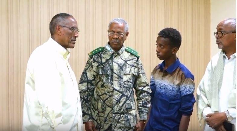 Hargeisa:-Madaxweynaha Somaliland Oo Qasriga madaxtooyada Ku Qaabilaya Wiilkii Reerkodu Ay Ku Waxa Yeeloobeen Duufanadii Dalka Ka Dhacay.