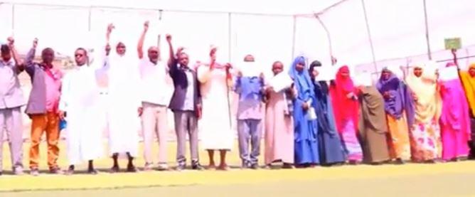 Daawo: Macalimiinta Dugsiyada Dawlada Ee Magaalada Burco Oo Shaqo Joojin Ku Dhawaaqay+Sababta
