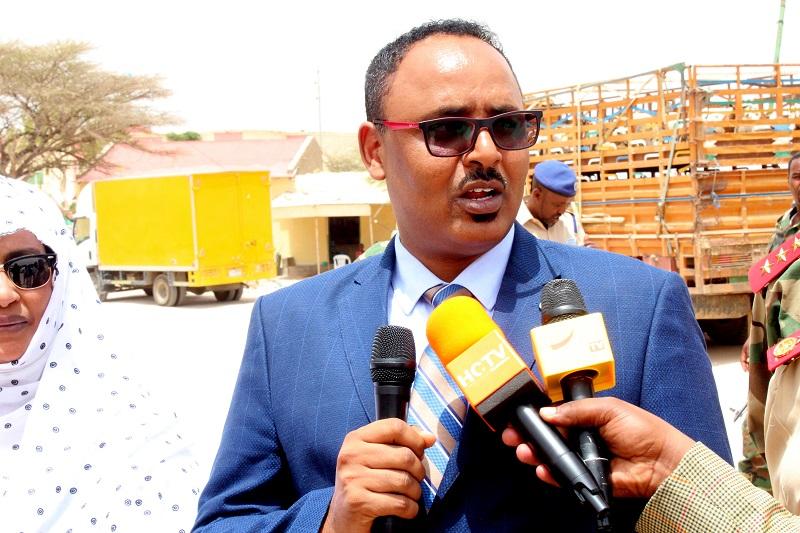 Gudaha:-Wasiirka Gaashaandhigga Somaliland Oo Deeq Taakulo Ciidan Ah Kala Wareegay Masuuliyiinta Gobolka Sallel.