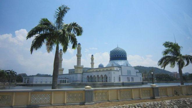 Caalamka:-Masjid lagu xadgudbay dalka Malaysia