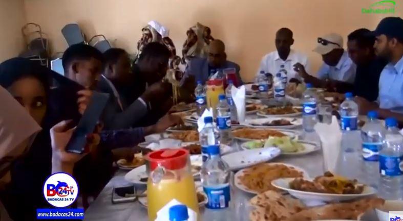 Hargeysa: Daawo Ururka SOLJA oo Qado-sharaf Ku Maamuusay Safiir Ku-xigeenka Somaliland ee Itoobiya