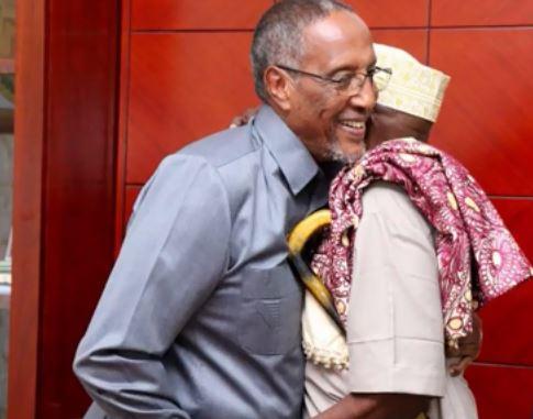 Hargeisa:-Madaxweyne Somaliland Oo Qaabilay Aabihi Dhalay Wiilashii Lagu Dilay Degmada Dararweyne.