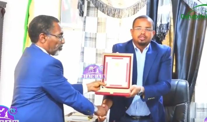 Wasiirka Hawlaha Guud Ee Somaliland Oo Shahaada Sharaf Gudoonsiiyay Mayirka Gobolka gabilay