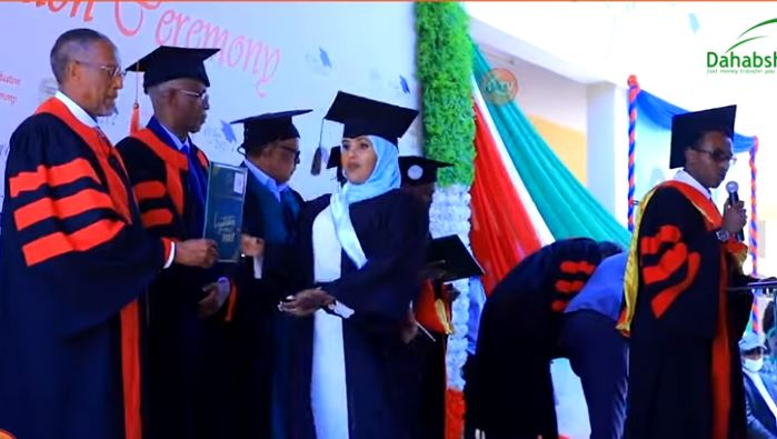 Daawo: In kabadan 1000 Arday oo ka qalinjebiyey Jamacadda Hargeysa