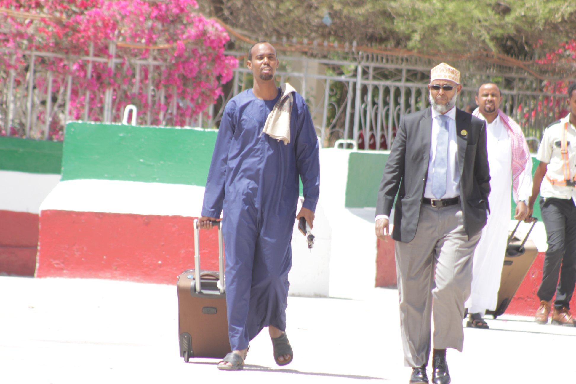 Hargaysa:Wasiirka Xidhiidhka Golayasha Iyo Dastuurka Somaliland Maxamed X.Aadan Cilmi Oo Si Balaadhan Loogu Soo Dhaweyay Garoonka Diyaradaha Caasimada Hargeysa.