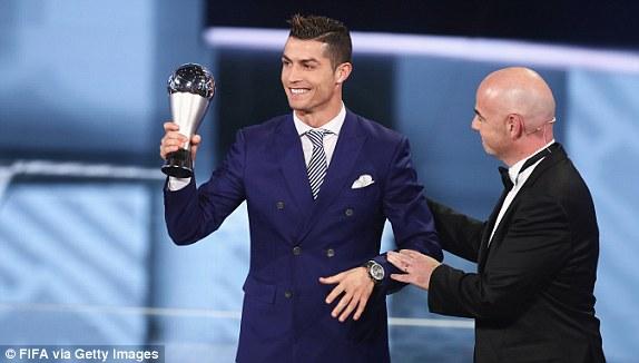 Cristiano Ronaldo Oo Ku Guulaystay Abaalmarinta Ciyaaryahanka Adduunka Ugu Wanaagsan+SAWIRRO