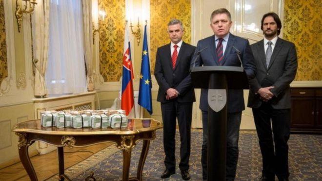 Slovakia:-Ra'isulwasaare Shir Jaraa'id Kasoo Muuqday Isaga Oo Ay Lacag Badan Ag Tuban Tahay