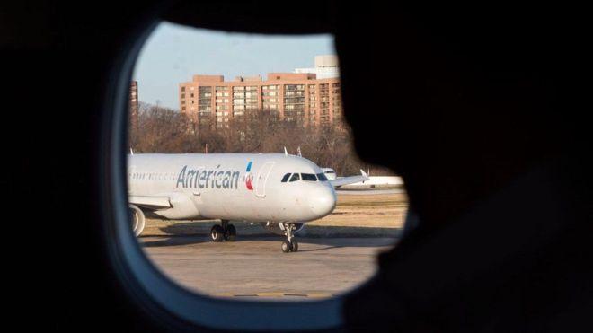 Shirkadda diyaaradaha ee American Airlines oo ay duuliyeyaal yari haysato