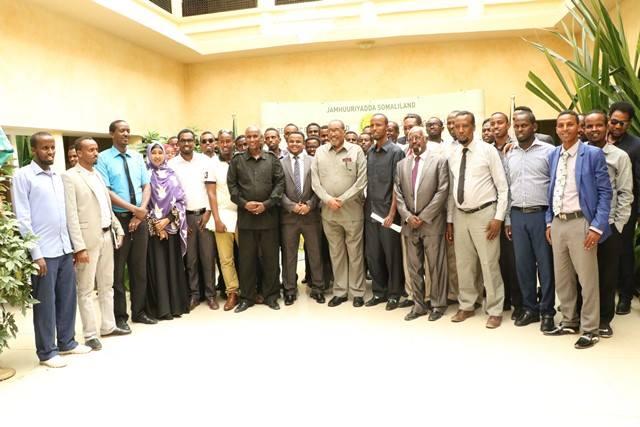Daawo;Madaxweynaha Qaranka Somaliland Oo Madaxtooyada Ku Qaabiley 30kii Dhalinyada Ahaa Ee Ku Soo Guulaystay Imtixaankii Hay'ada Dawlada Hargeysa+Sawiro