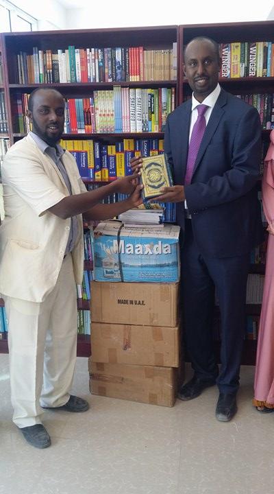 Halkaraan oo Maktabada Qaranka Somaliland ugu Deeqday Buugaag Tiro Badan oo kamida Buugaagti Qoraa Cismaan Saalax+swiro