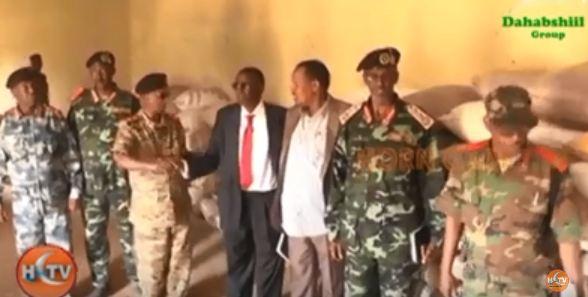 Gabiley:- Gudoomiyaha Gobolka Gabiley Oo Deeq Raashin Iyo Xoolo Ah Ku Wareejiyay Taliyaha Ciidanka Qaranka Somaliland.