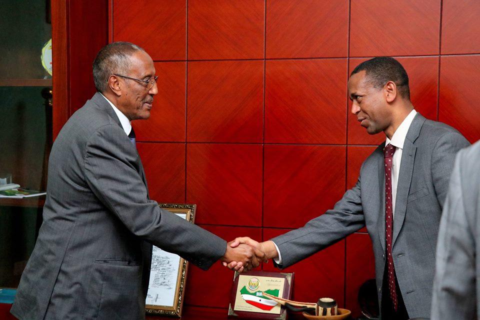 DAAWOMadaxweynaha somaliland oo xafiiskiisa ku qaabilay wefti ka socda urur gobeedka IGAD Iyo Arimaha Ay Ka Wada Hadeen.