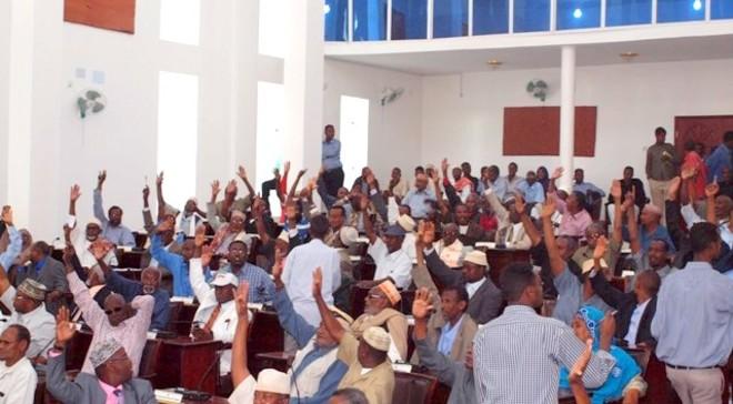 Hargeisa:- Mudanayaasha Golaha Wakiilada Oo La Hor keenay Mooshin Ka Dhan Ah Maayirada Dalka Somaliland.