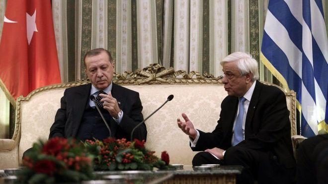 Erdogan iyo madaxweynaha Giriigga oo is maandhaafay + Arimaha Ay Isku Maandhaafeen.