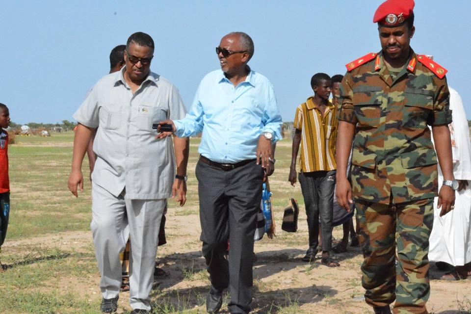 Lughaya: Madaxweyne kuxigenka Somaliland oo Gacmihiisa ku daadguraynay dadkii ku waxyeeloobay duufaanada galbeedka somaliland ku dhuftay