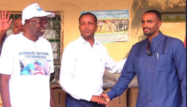 Daawo:Gudoomiyaha Haayada Shifaad Muuse Xasan Xaaji Yusuf Oo Deeq Daawoyin Ku Wareejiyey Wasiirka Wasaarada Caafimadka Somaliland Saleban Ciise Xagla Toosiye.