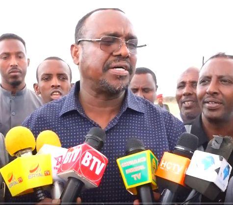 Ceerigaabo:-Wasiirka Biyaha Somaliland Oo Si Diiran Loogu Soo Dhaweeyay Magalada Ceerigaabo Iyo Arimah Xasaasiya Oo Uu Ka Hadlay.