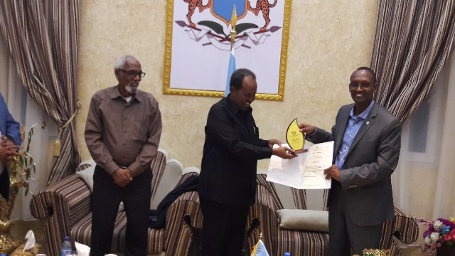 Madaxweyne Xasan oo Bilad Sharafeed iyo Shahaado gudoonsiiyay Dr. Yahye Ali Ibrahim+Sawiro