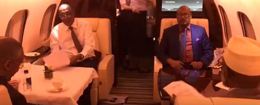 HAWADA:Daawo: Muuqaal Cajiiba oo laga Duubay Madaxweynaha Somaliland iyo Weftigiisii oo Diyaaradda Saaran isla markaasna la moodo inay hudheel fadhiyaan