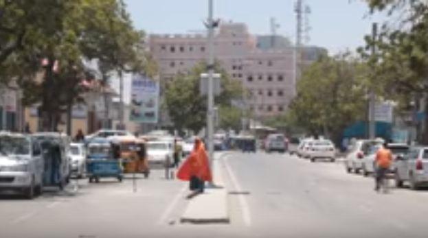 Daawo:Shacabka Ku Dhaqan Magaalada Muqdisho Oo Taagero U Muujiyey Doorashooyinka Xorta Ahaa Ee Somaliland Ka Qabsoomay