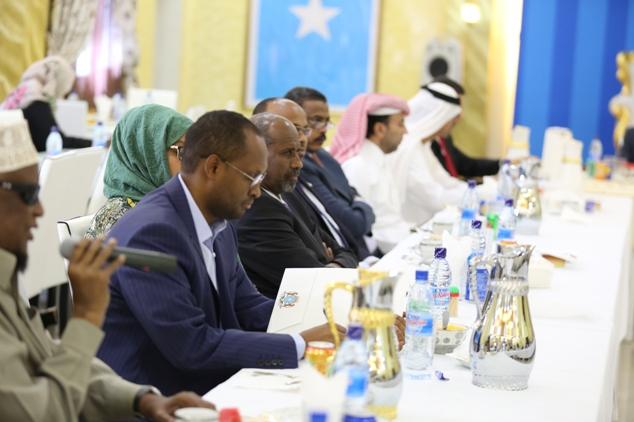 Madaxweynaha Somaliya Oo Muqdisho kula kulmay Diblamaasiyiin Carbeed + Sawirada