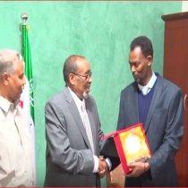 DAAWO Madaxwaynaha Jamhuuriyada Somaliland Oo Shahaado Sharaf Ku Maamusay Abwaan Xasan Saleeban Dhuxul (Laab saalax)