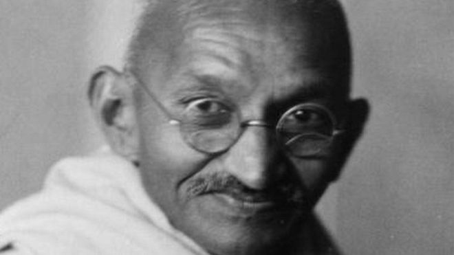 Hindiya:-Warqad Uu Qoray Mahatma Gandhi Oo Lacag Badan La Kala Siisanayo