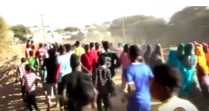 War Deg Deg Ah Dhaliyaro Mudaharad Kala Hoyimi Ciidamada Policeka Somaliland Oo Doonayay In Ay Xabsiga U Taxabaan Fananka Nimcaan Hilaac.