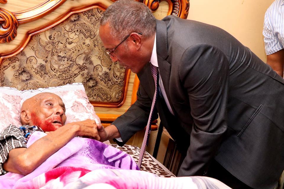 Hargeysa:Madaxweynaha Somaliland oo Gurigiisa ku Booqday Xaaji Cabdi waraabe oo Xanuusanaya intii aanu u dhoofin Imaaratka ka hor